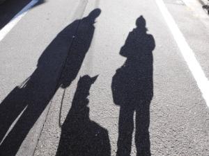 朝の3人の影